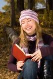 书女孩笑 免版税库存照片