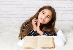 书女孩读了 免版税库存照片
