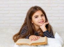 书女孩读了 免版税库存图片