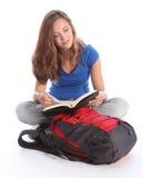 书女孩读取学校少年学员的研究 库存照片
