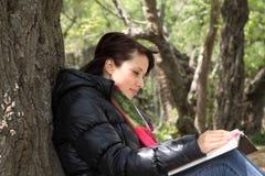 书女孩读取结构树 图库摄影