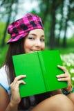 书女孩读取 免版税库存图片