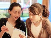书女孩读少年 免版税库存图片