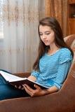 书女孩读年轻人 免版税库存照片