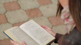 书女孩读取年轻人 影视素材