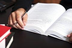 书女性读取 免版税库存照片