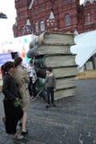书市红场的访客听Evgeny Evtushenko 免版税库存照片