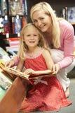 书店女儿母亲 免版税库存图片