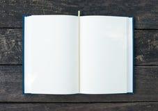 书开放在桌上 库存图片