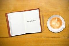 书开放的咖啡杯 免版税库存照片