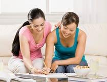 书执行朋友帮助的家庭作业学员文本 免版税库存照片