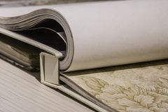 书木被开张的表 免版税库存图片