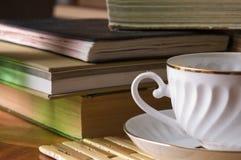 书杯子茶 免版税库存图片