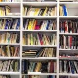 书架在一个书店在塞萨罗尼基,希腊 库存照片