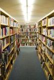 书架在图书馆里 免版税库存照片