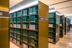 书架在大学图书馆里 库存照片