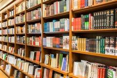 书架在有书的图书馆里待售 图库摄影
