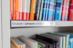 书架标签在图书馆里 图库摄影