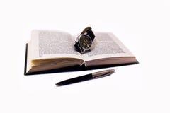 书查出笔手表白色 免版税库存照片