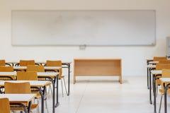 书桌和椅子在教室 免版税库存图片