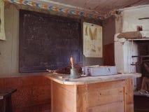 书桌和黑板在19世纪教室 免版税库存图片
