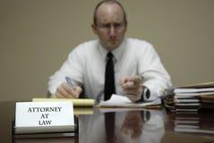 书桌商人交涉的年轻律师律师 库存照片