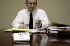 书桌商人交涉的年轻律师律师 免版税库存图片