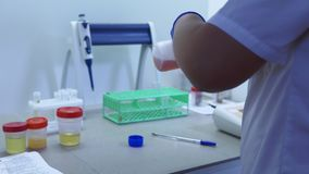 书桌在实验室里,工作在测试的化验员 股票录像