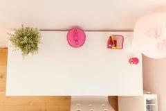 书桌在现代屋子里 免版税库存图片