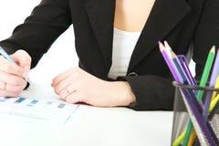 书桌文字的一名妇女在纸, 库存图片