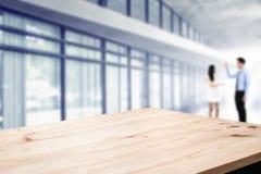 书桌有商人的空间站在办公室 对产品显示蒙太奇 免版税库存图片