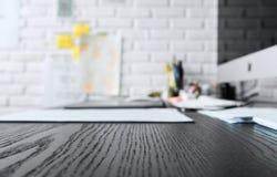 书桌有现代计算机的桌办公室 选择聚焦 免版税图库摄影
