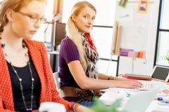 书桌的两个办公室工作者 库存图片