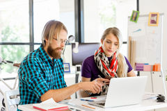 书桌的两个办公室工作者 免版税库存照片
