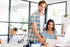 书桌的两个办公室工作者 免版税库存图片