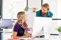 书桌的两个办公室工作者 免版税图库摄影