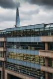 书桌的伦敦市专业工作者有碎片塔的在背景中 图库摄影