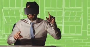 书桌的商人在反对白色和绿色手拉的窗口的虚拟现实耳机 免版税库存图片