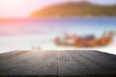书桌空间在海滩边和晴天 库存图片