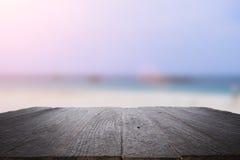 书桌空间在海滩边和晴天 免版税库存照片