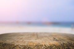 书桌空间在海滩边和晴天 免版税库存图片