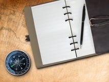 书棕色指南针盖子皮革附注 免版税库存照片