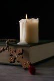 书概念交叉宗教信仰 免版税库存照片