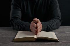 书概念交叉宗教信仰 免版税图库摄影