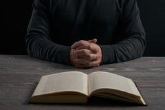 书概念交叉宗教信仰 免版税库存图片