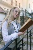 读书概念和想法 户外肉欲的白种人白肤金发的妇女阅读书画象在城市 免版税库存图片