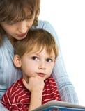 书母亲读儿子 免版税库存照片