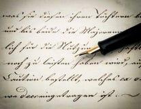 书法手写的文本和葡萄酒墨水笔 减速火箭的样式 库存图片