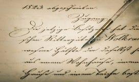 书法手写的文本和葡萄酒墨水笔 免版税库存照片