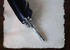 书法笔和与加调料烘烤的边缘的手工纸 库存图片